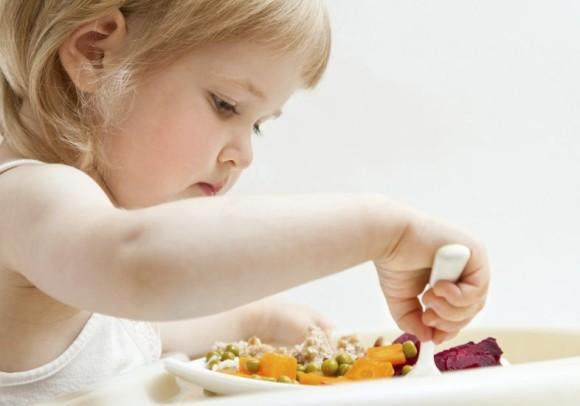 menina 2 anos comendo